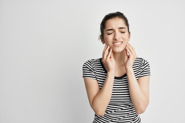Frau unbehagen zahnschmerzen zahnbehandlung heller hintergrund
