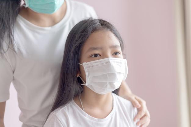 Frau und baby tragen eine medizinische schutzmaske