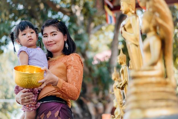 Frau und baby wasser buddha in songkran festival
