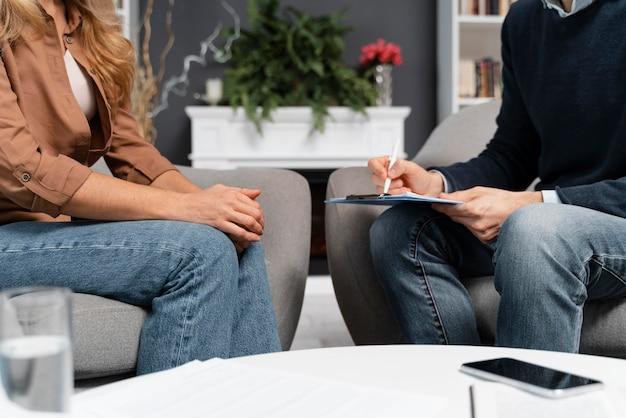 Frau und berater sprechen und bleiben nah
