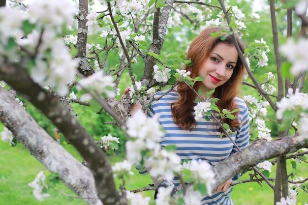 Frau und blumenbaum apfel