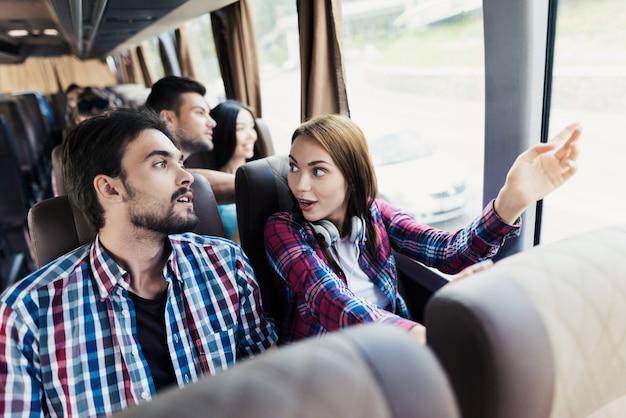 Frau und der mann diskutieren etwas und lächeln