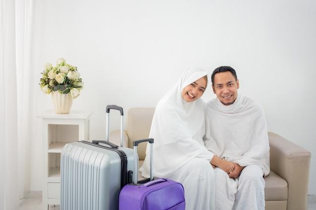 Frau und ehemann in weißer traditioneller kleidung für ihram