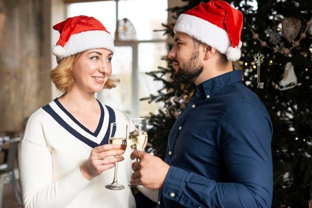 Frau und ehemann jubeln am weihnachtstag