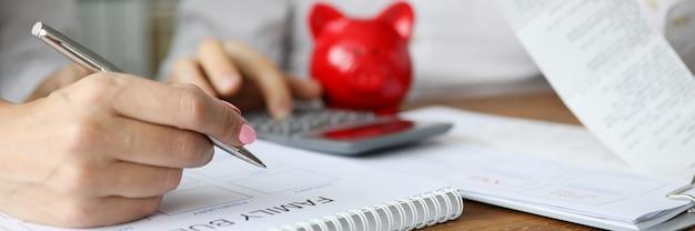 Frau und ehemann machen einen monatlichen familienfinanzplan