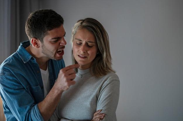 Frau und ehemann streiten sich