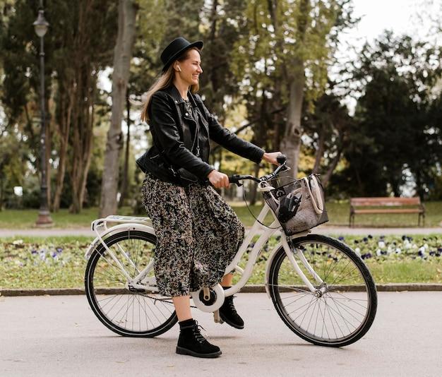 Frau und fahrrad im park