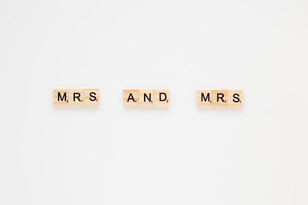 Frau und frau inschrift auf dem tisch