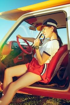 Frau und glückliche reise mit dem auto