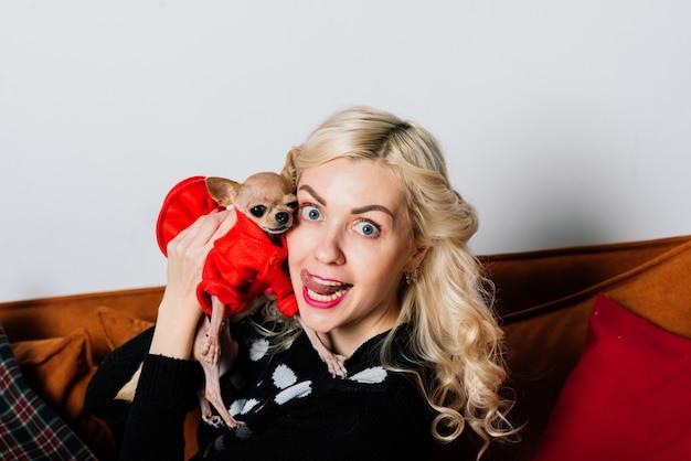 Frau und hund genießen das kuscheln in der weihnachtszeit