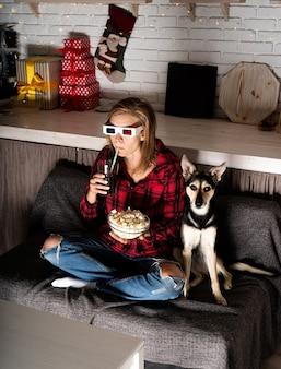 Frau und hund schauen zu hause filme