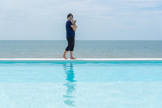 Frau und hund schwimmen an der küste im freien das meer
