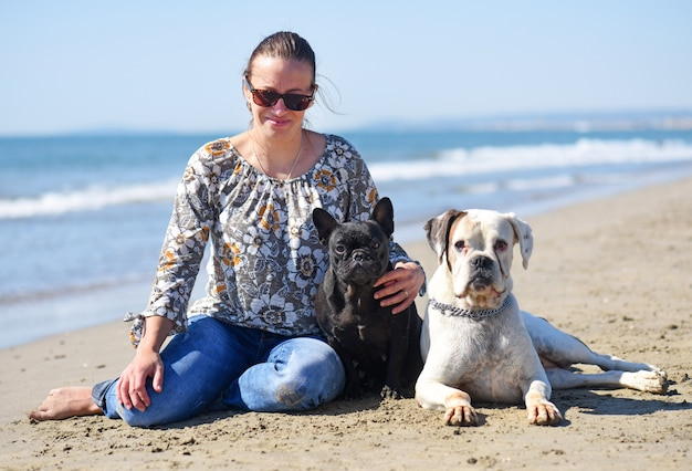 Frau und hunde am strand
