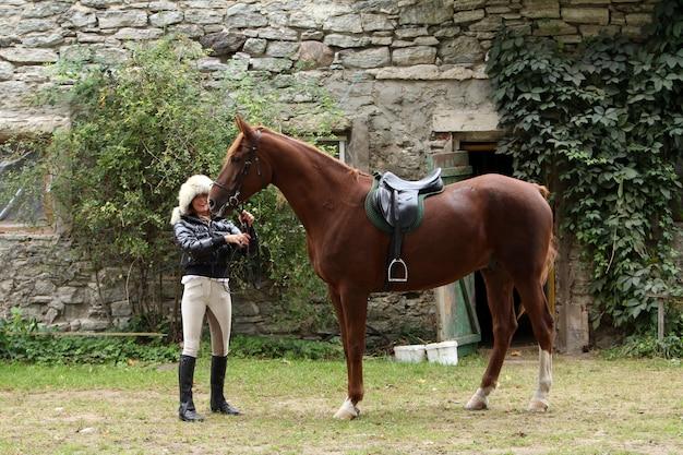Frau und ihr braunes pferd