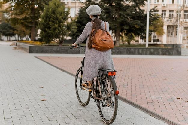 Frau und ihr fahrrad fahren die straßen