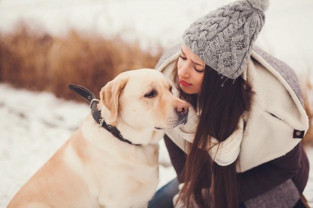 Frau und ihr labrador