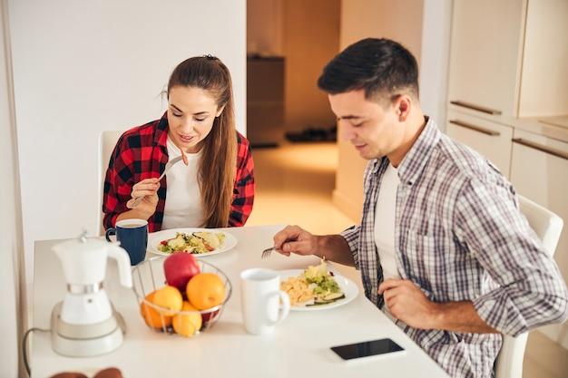 Frau und ihr mann frühstücken zusammen