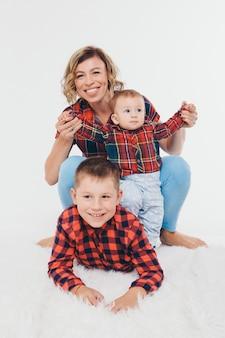 Frau und junge verbringen zeit mit kindern. umarme das baby. die kindheit, vaterschaft, mutterschaft, ivf