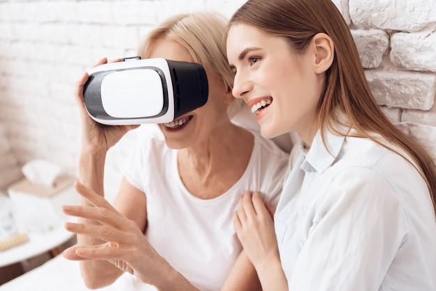 Frau und junges mädchen versuchen an gläser der virtuellen realität