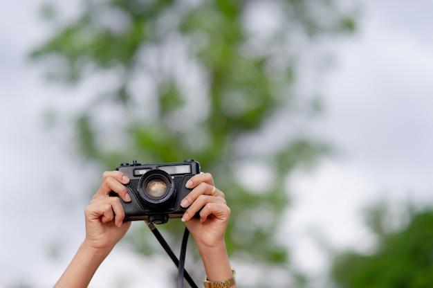 Frau und kamera weibliche fotografen schießen glücklich. reise-konzept