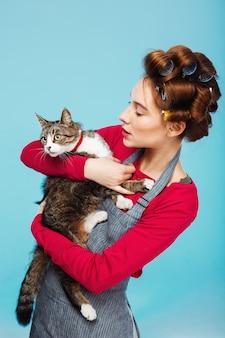 Frau und katze posieren für bild zusammen beim reinigen