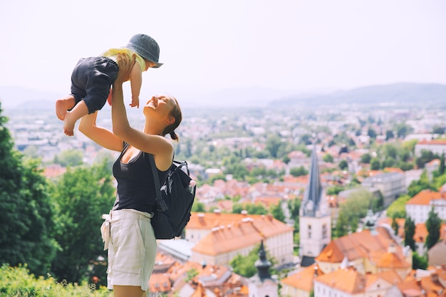 Frau und kind auf dem hintergrund des panoramablicks mit roten dächern der stadt ljubljana