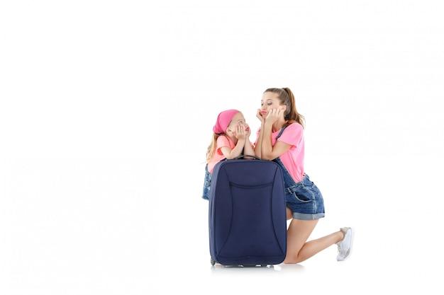 Frau und kind mit einem koffer