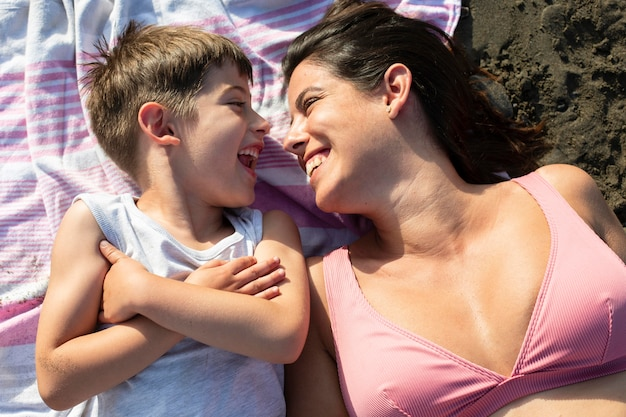 Frau und kind mit mittlerem schuss am strand