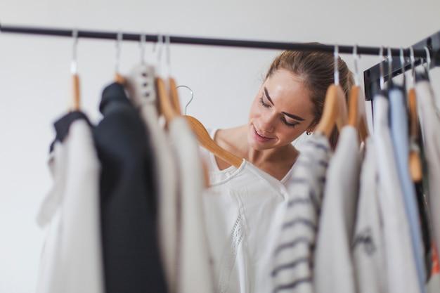 Frau und kleiderschrank