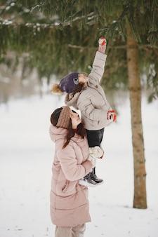Frau und kleines mädchen in einem park