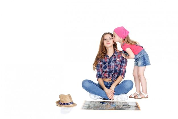 Frau und kleines mädchen mit der karte