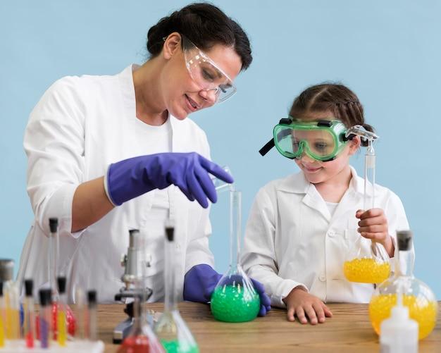 Frau und mädchen machen wissenschaft