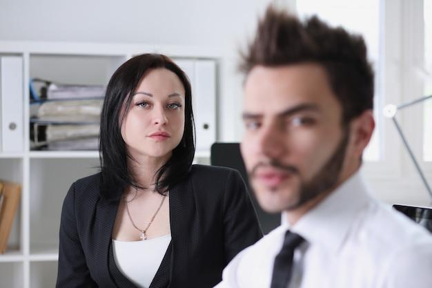 Frau und mann arbeiten im büro