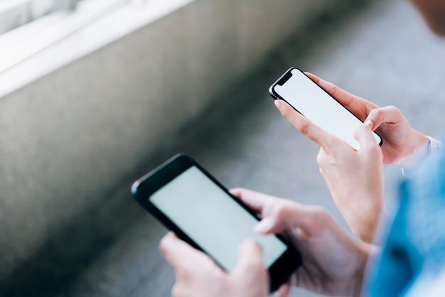Frau und mann, die ein smartphone anhalten