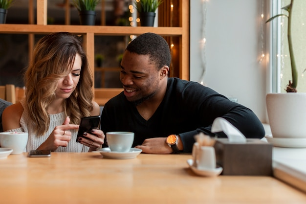 Frau und mann, die ihr mobile überprüfen