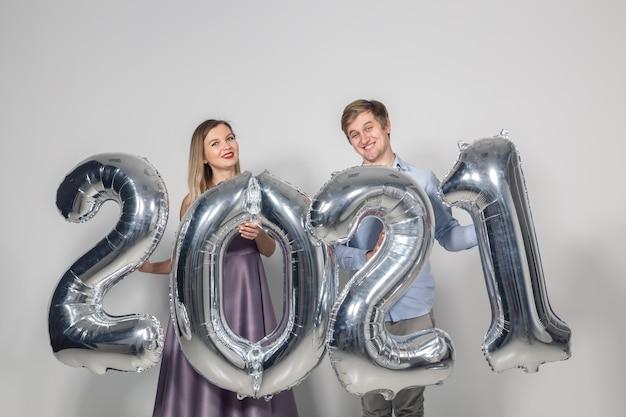 Frau und mann feiern neues jahr