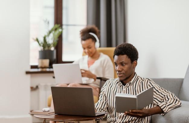 Frau und mann fern von zu hause aus arbeiten