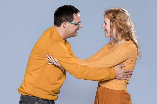 Frau und mann freuen sich, einander zu sehen