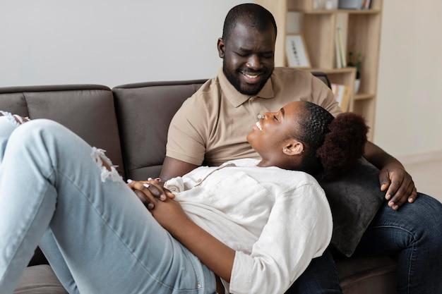 Frau und mann haben eine schöne zeit zusammen drinnen