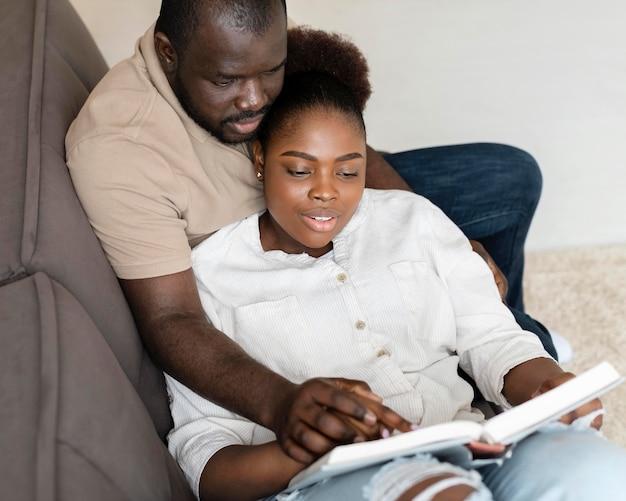Frau und mann haben eine schöne zeit zusammen zu hause