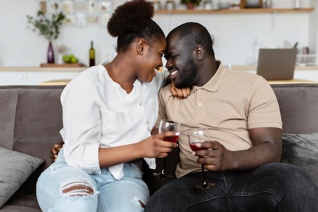 Frau und mann haben eine schöne zeit zusammen