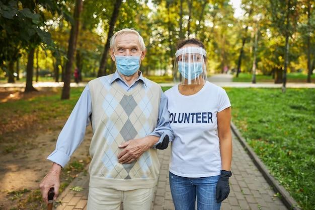 Frau und mann in freizeitkleidung verbringen zeit im stadtpark