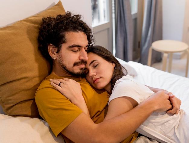 Frau und mann kuscheln im bett