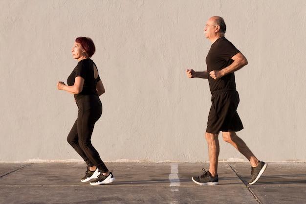 Frau und mann laufen im freien