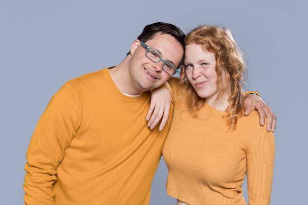 Frau und mann posieren zusammen
