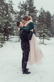 Frau und mann schließen nahaufnahmeporträt, das draußen draußen umarmt. liebevolles süßes zartes paar in der liebe, die zusammen im auffälligen wald geht