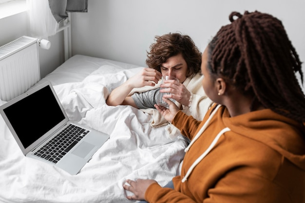 Frau und mann sprechen mit einem arzt per videoanruf