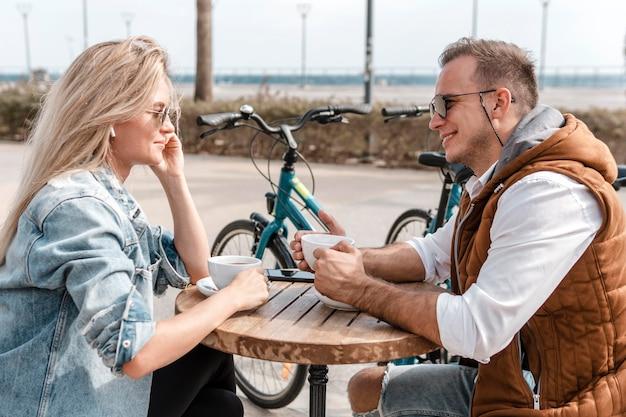 Frau und mann sprechen neben fahrrädern
