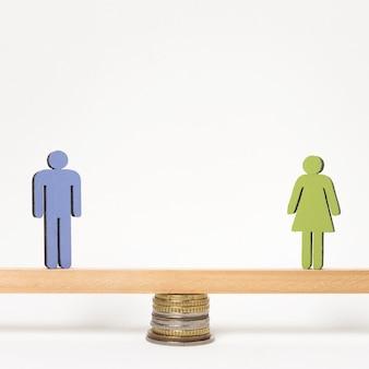 Frau und mann stehen auf wippe von münzen gehalten