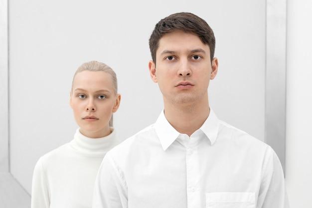 Frau und mann tragen weiße kleidung